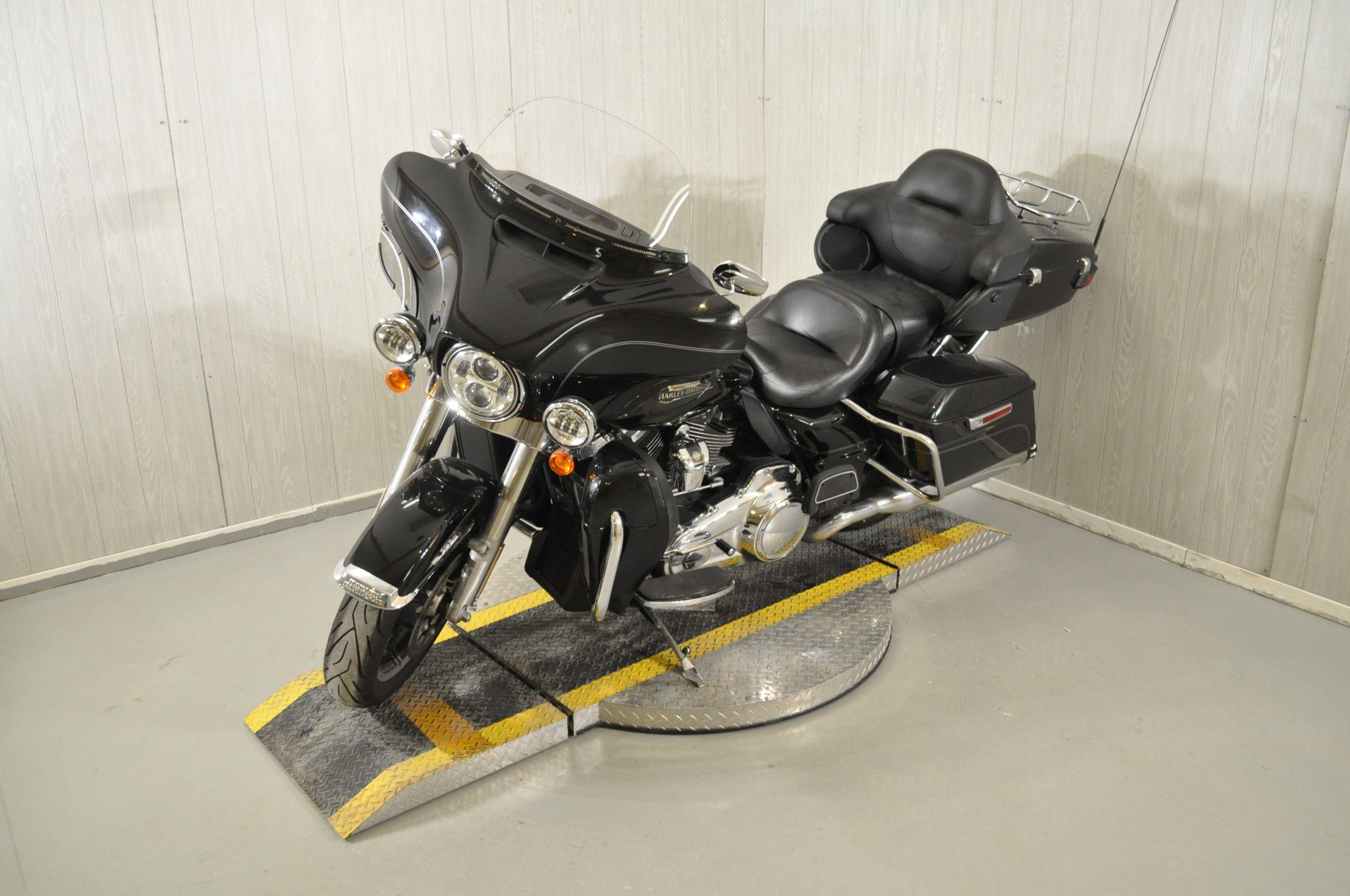 Pre-Owned 2017 Harley-Davidson Electra Glide Ultra Classic FLHTCU